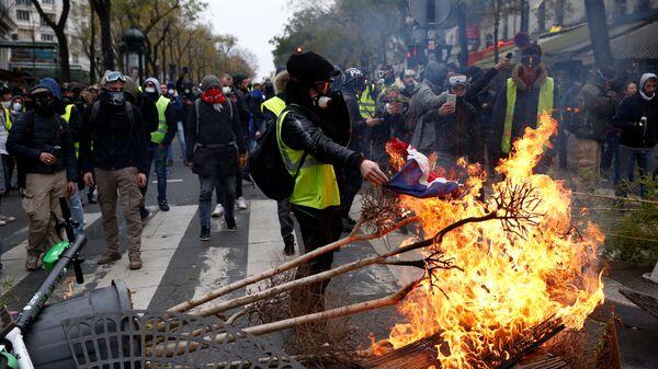 Участники акции протеста движения желтых жилетов в Париже. 8 декабря 2018
