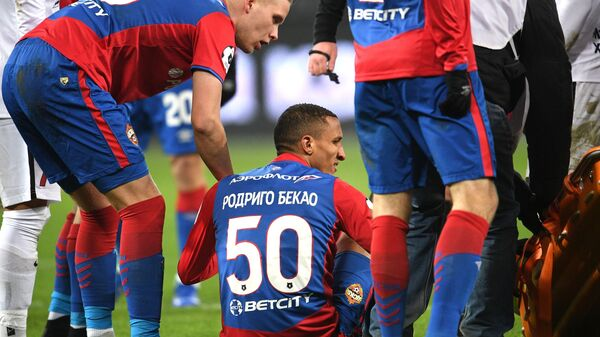 Защитник ЦСКА Родриго Бекао (в центре)