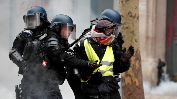 Задержание участника акции протеста желтых жилетов в Париже. 8 декабря 2018
