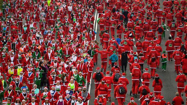 В Мадриде тысячи Санта-Клаусов устроили забег в поддержку борьбы с раком