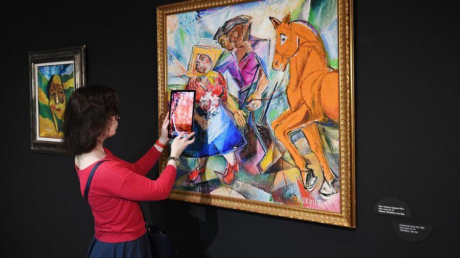 Девушка на выставке в Музее русского импрессионизма у картины Давида Бурлюка Пара с лошадью