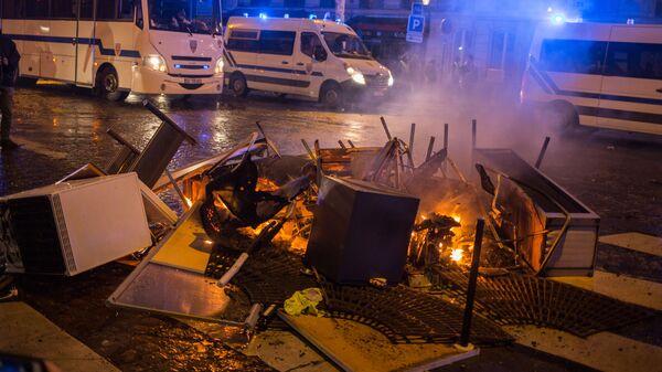Горящие баррикады во время акции протеста участников движения автомобилистов желтые жилеты в районе Триумфальной арки в Париже