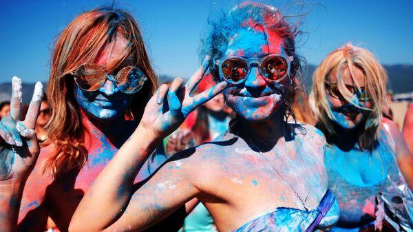 Участницы фестиваля триколора на пляжном курорте Суджукская коса во время празднования Дня Государственного флага России в Новороссийске