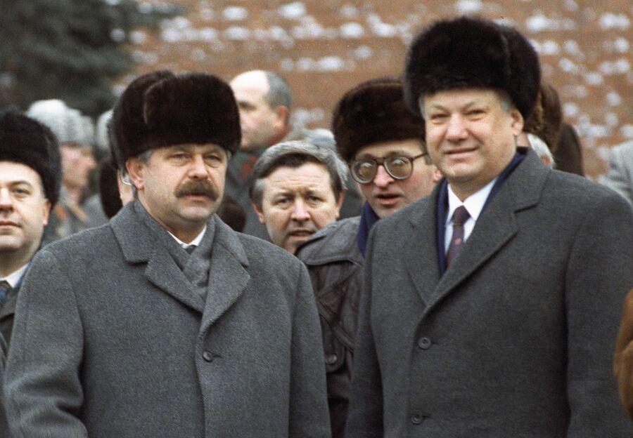 Президент России Борис Ельцин и вице-президент Александр Руцкой на Красной площади. 1992 год