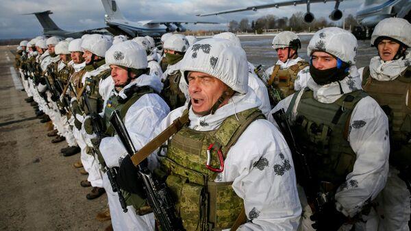 Украинские военнослужащие на военно-воздушной базе в районе Житомира перед передислокацией на восток Украины