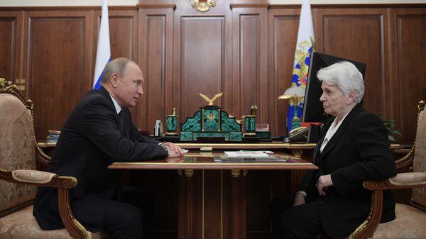 Президент РФ Владимир Путин и президент Русского общественного фонда А. Солженицына Наталия Солженицына