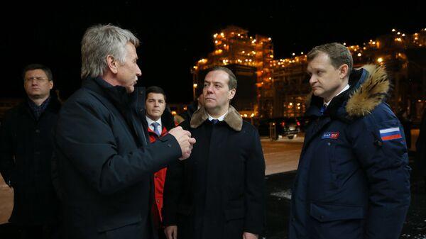 Председатель правительства РФ Дмитрий Медведев во время посещения завода Ямал СПГ