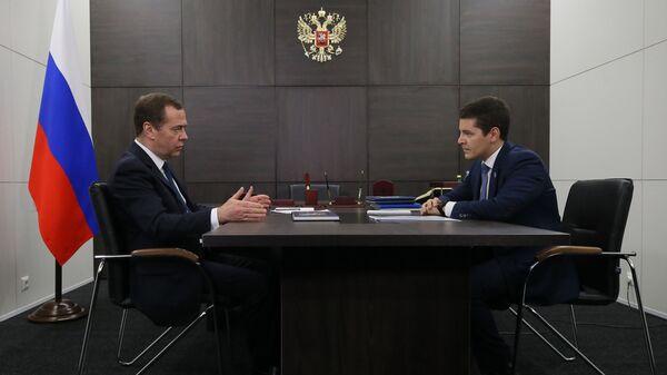 Председатель правительства РФ Дмитрий Медведев и губернатор Ямало-Ненецкого автономного округа Дмитрий Артюхов во время встречи.11 декабря 2018