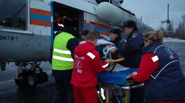 Транспортировка вертолетом семерых пострадавших в ДТП под Псковом в Санкт-Петербург. 12 декабря 2018