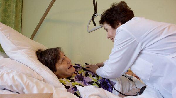 Медсестра общается с пациенткой