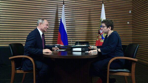 Президент РФ Владимир Путин и президент благотворительного фонда помощи хосписам Вера Нюта Федермессер во время встречи в Ярославле. 13 декабря 2018