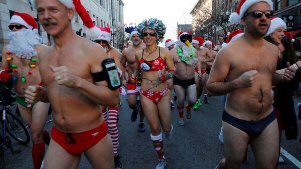 Участники ежегодного забега Санта-Клаусов через район Бэк Бей в Бостоне, штат Массачусетс, США