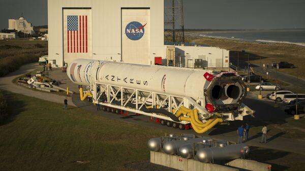 Ракета-носитель Antares на стартовой площадке космодрома на острове Уоллопс. 13 октября 2016