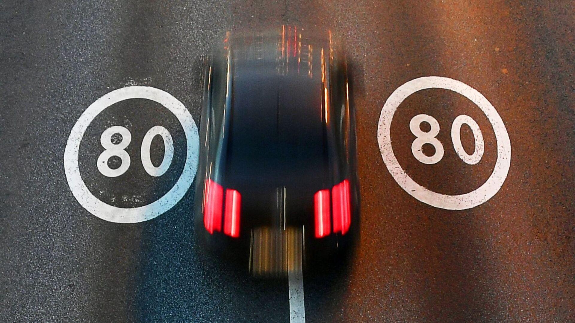Разметка со знаками ограничения максимальной скорости - РИА Новости, 1920, 04.05.2021