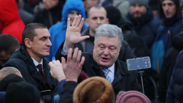 Президент Украины Петр Порошенко и верующие на объединительном соборе на Софийской площади в Киеве. 15 декабря 2018