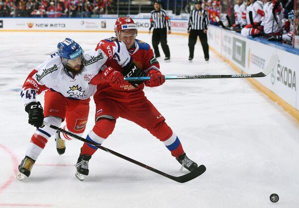 Защитник сборной Чехии Михал Йордан и форвард сборной России Кирилл Капризов (слева направо)