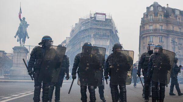 Сотрудники полиции во время акции протеста желтые жилеты в Париже. 16 декабря 2018