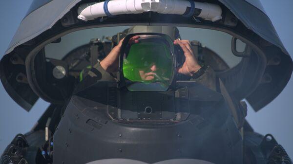 Пилот ВВС США в кабине истребителя F-22 Raptor