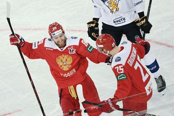Хоккеисты сборной России Никита Нестеров и Михаил Григоренко радуются заброшенной шайбе
