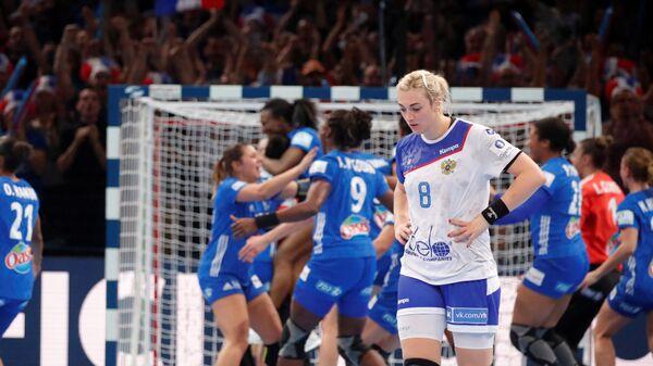 Гандболистка сборной России Анна Сень (справа) в матче против француженок