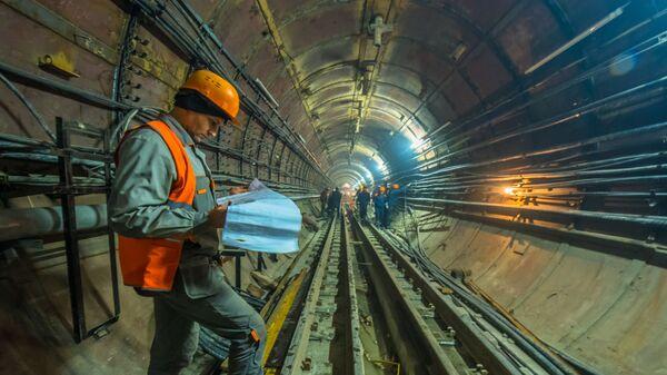 Рабочие в тоннеле строящейся станции