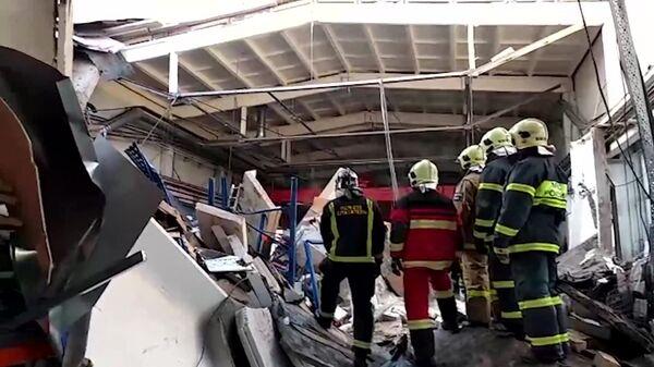Сотрудники МЧС России ведут поисково-спасательные работы в производственном здании с обрушившейся кровлей в Дзержинском. 17 декабря 2018