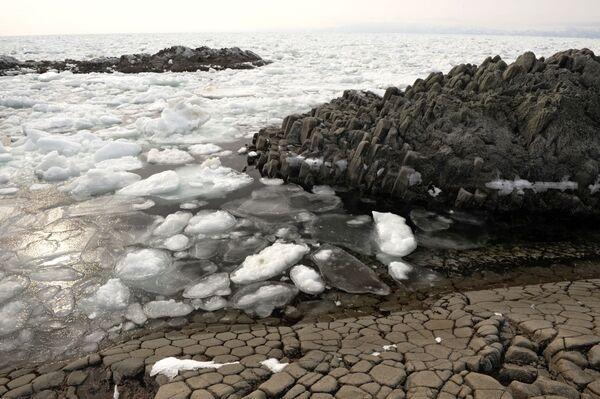 Лед на побережье Охотского моря