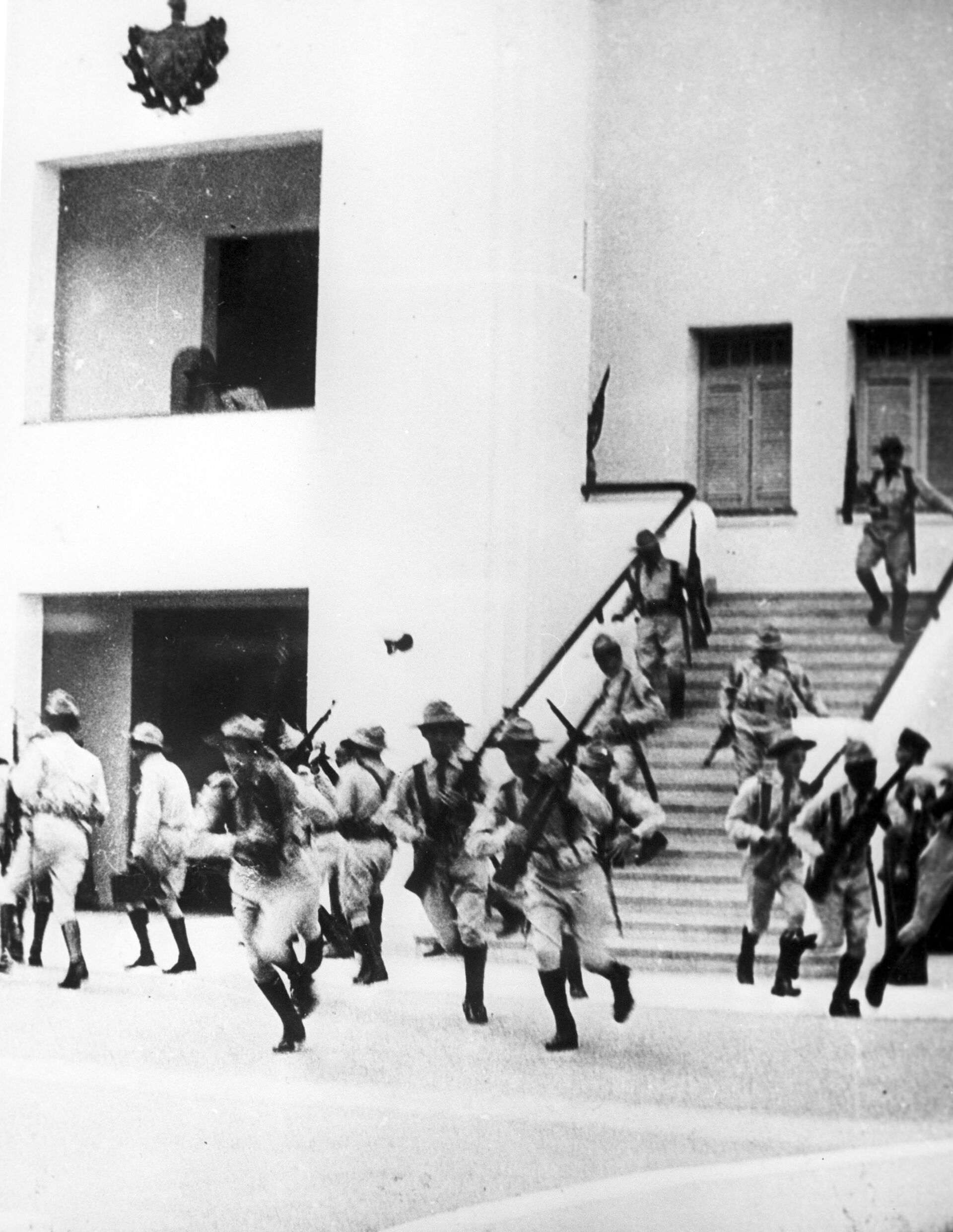 Бойцы, возглавляемые Фиделем Кастро, штурмуют армейские казармы Монкада, где расквартированы части армии Батисты. 26 июля 1953 года - РИА Новости, 1920, 09.10.2020