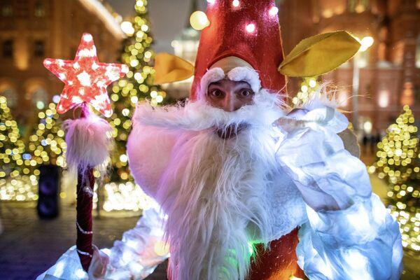 Участник фестиваля Путешествие в Рождество на площади Революции в Москве