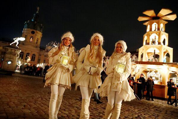Девушки на рождественской ярмарке в Берлине
