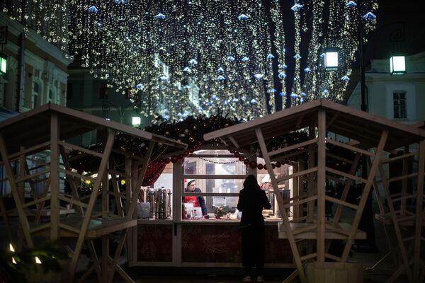 Торговля горячими напитками во время фестиваля Путешествие в Рождество