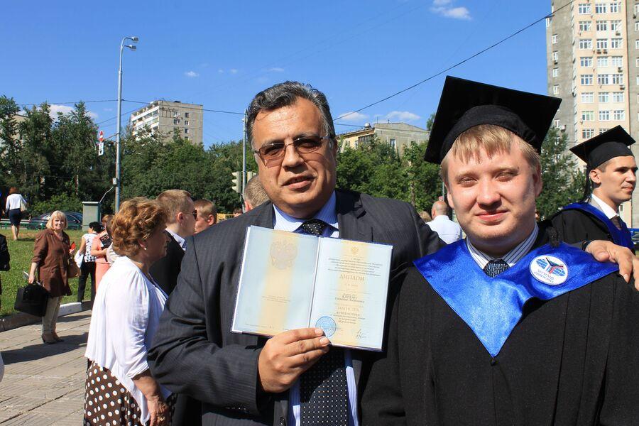 Андрей Карлов с сыном Геннадием на вручении диплома МГИМО