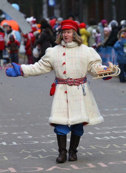 Юный Морозец Паккайне из Карелии принимает участие в праздничном шествии по случаю Дня рождения Деда Мороза в Великом Устюге