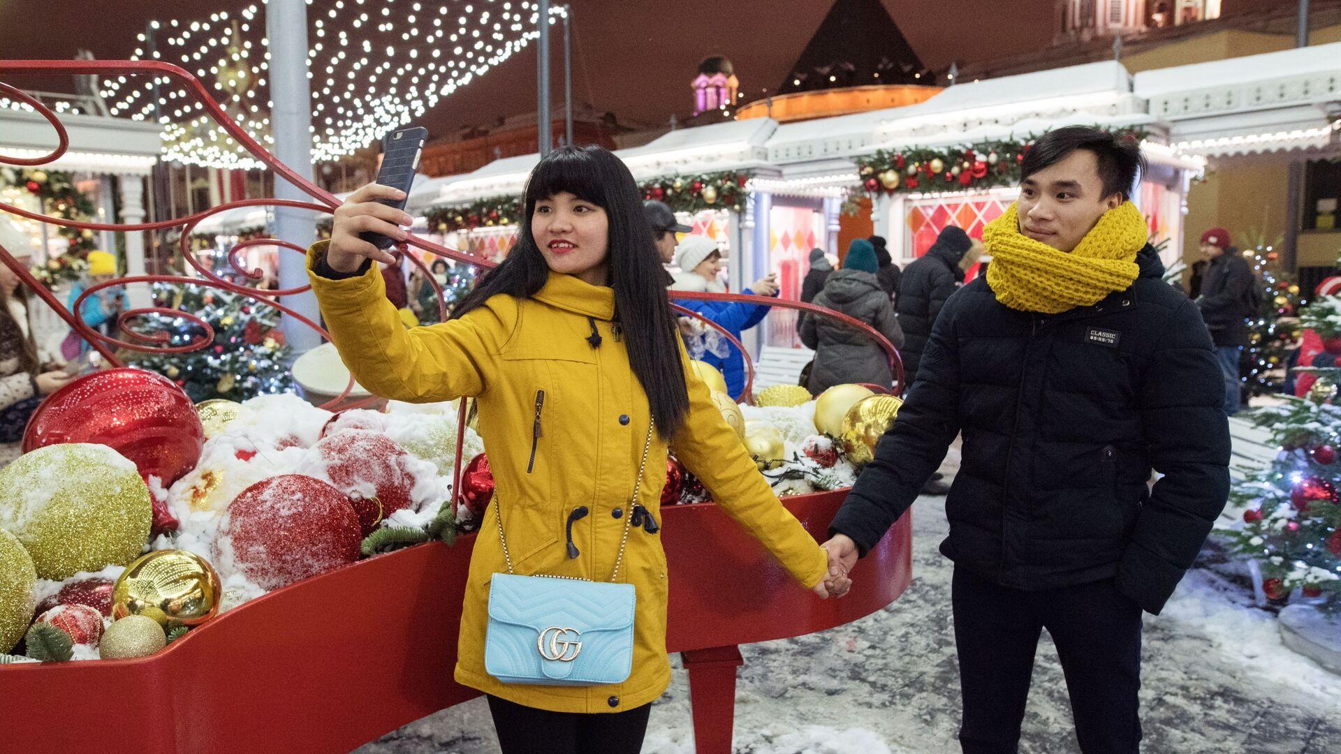 Туристы на новогодней ярмарке в центре Москвы - РИА Новости, 1920, 09.12.2020