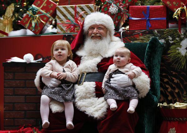 Санта-Клаус с детьми в торговом центре штата Мэн, США