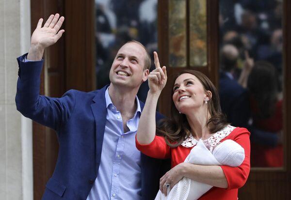 Британский принц Уильям и Кэтрин, герцогиня Кембриджская, со своим новорожденным сыном