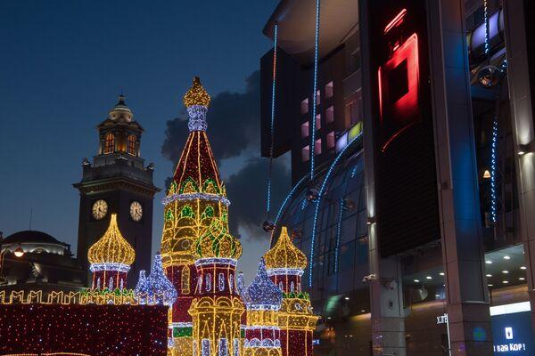 Новогодние декорации в виде Кремля и собора Василия Блаженного у  торгово-развлекательного центра Европейский в Москве