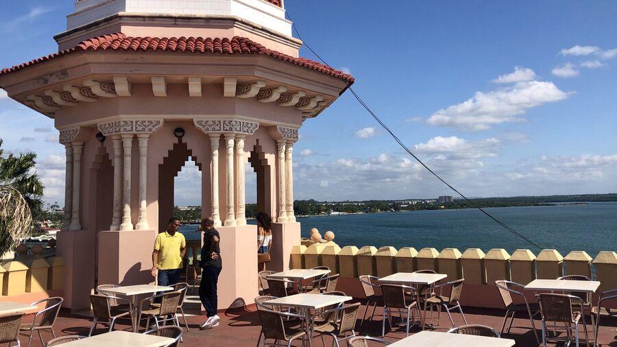 На крыше Palacio de Valle, Сьенфуэгос, Куба