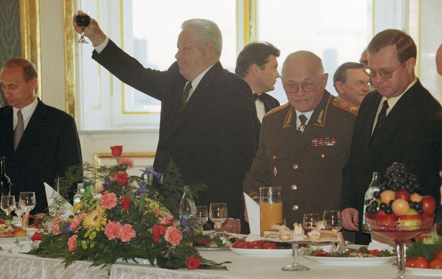 Президент России Борис Ельцин на приеме в честь выпускников военных академий. 1999 год