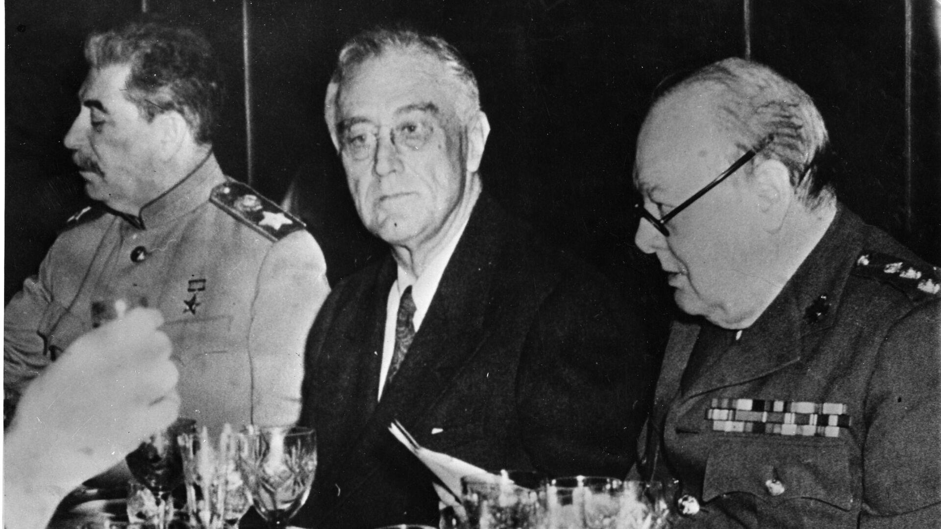 Иосиф Сталин, Франклин Рузвельт и Уинстон Черчилль во время финального ужина в Ялте. 11 февраля 1945  - РИА Новости, 1920, 17.12.2020