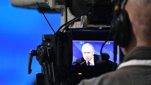 Оператор ведет съемку ежегодной большой пресс-конференции президента РФ Владимира Путина