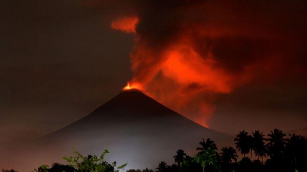 Вулкан Сопутан во время сезона дождей в Индонезии