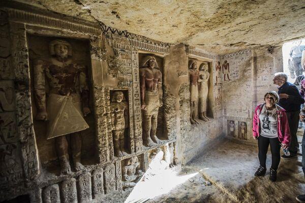 Посетители недавно обнаруженной гробницы в некрополе Саккара, Египет
