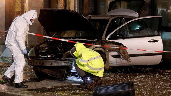 Полицейские на месте наезда автомобиля на остановку в городе Реклингхаузен. 20 декабря 2018