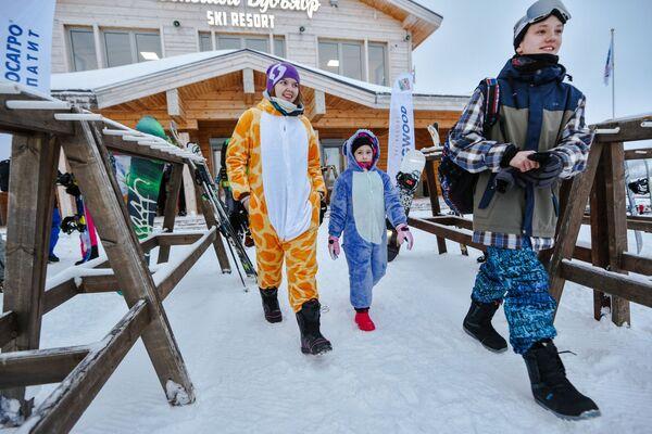 Отдыхающие на северном склоне горнолыжного комплекса Большой Вудъявр в городе Кировск Мурманской области