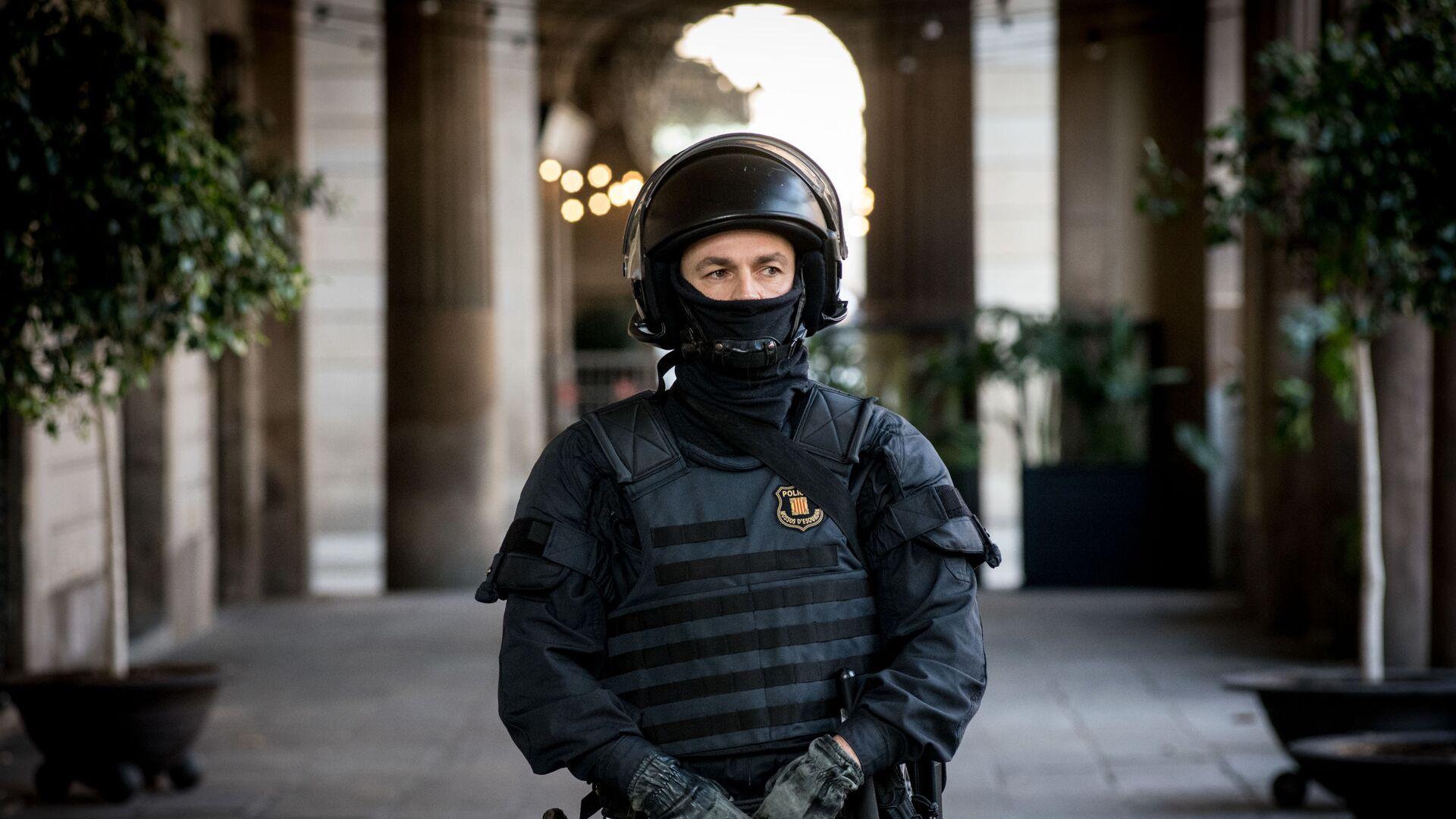 Сотрудник полиции во время акции протеста в Барселоне - РИА Новости, 1920, 09.03.2021