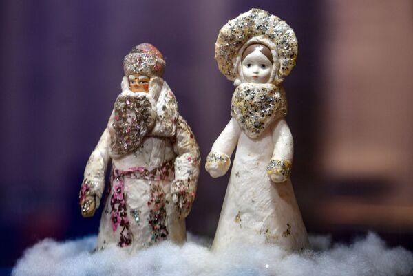 Экспонаты на выставке Старый добрый Новый год в музее Победы в Москве
