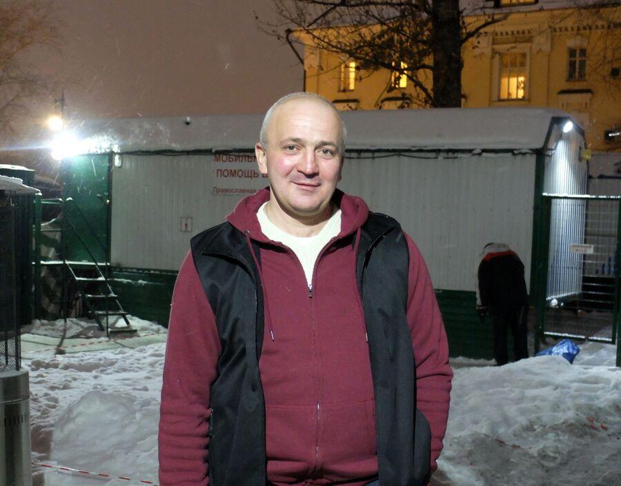 Подопечный «Ангара спасения» Алексей Евгеньевич во дворе, где находится палатка для бездомных