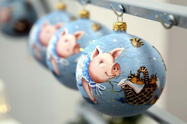 Готовые стеклянные шары на фабрике елочных украшений Ариэль в Нижнем Новгороде