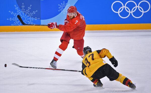 Нападающий сборной России Иван Телегин и форвард сборной Германии Патрик Раймер